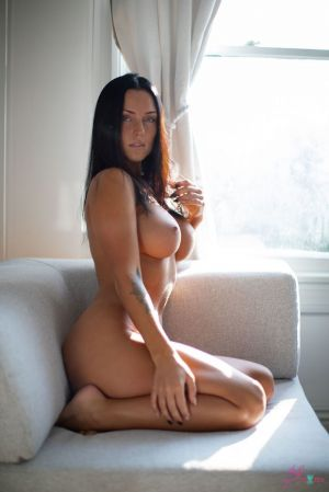 Pic - buxomy hottie kayla-lauren on the coughts