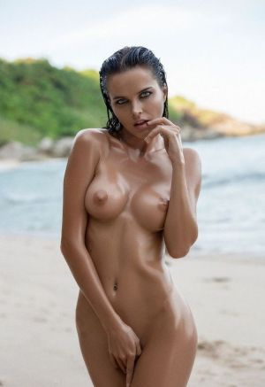 Pic - bare handsome stunner displaying perky boobs
