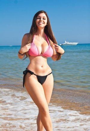 Pic - buxomy stunner in swimsuit