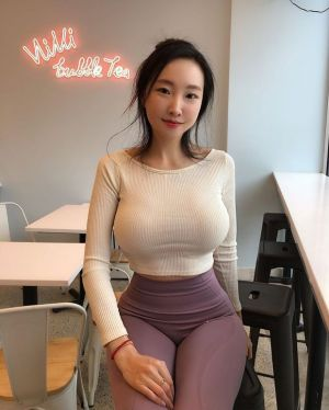 Pic - Hourglass chinese in taut outfit