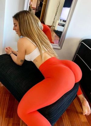 Pic - Naiara leaned over poppin that huge butt